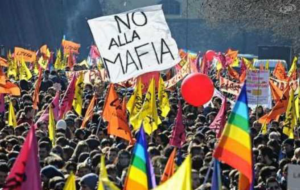 Folla che manifesta contro la mafia