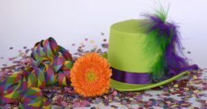 Cappello e coriandoli carnevale